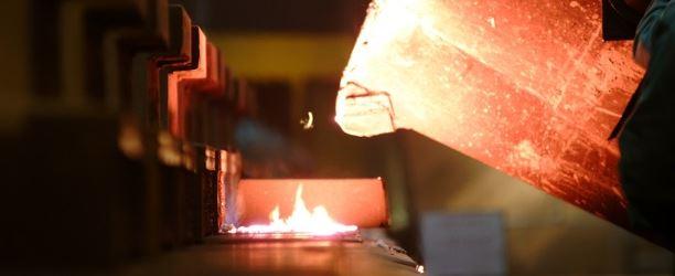 colata metallo fuso fonderia