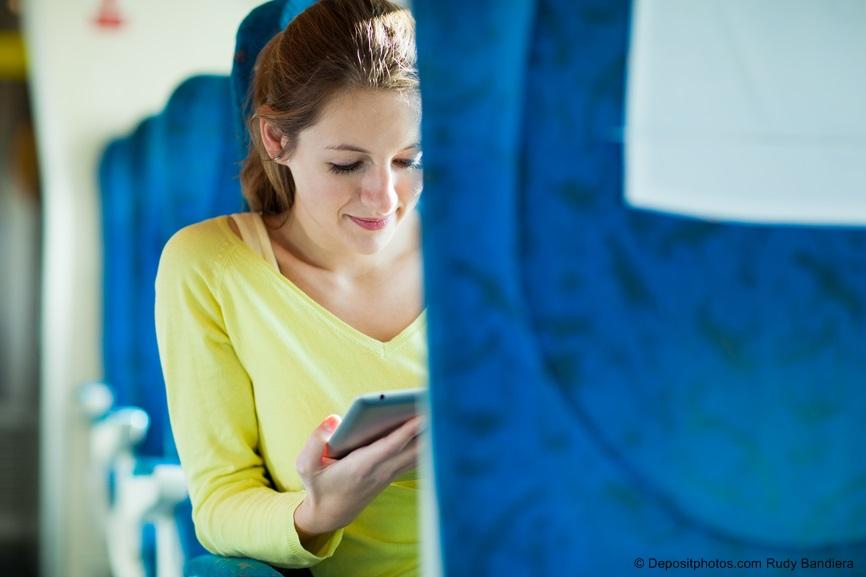 ragazza treno tecnologia cellulare
