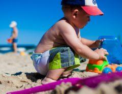 bimbo in spiaggia