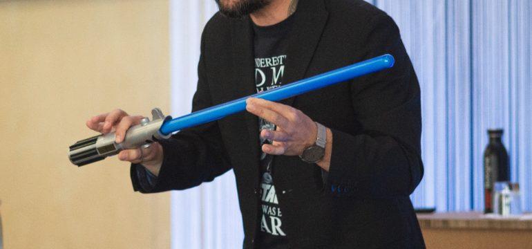 Rudy Bandiera con spada laser evento